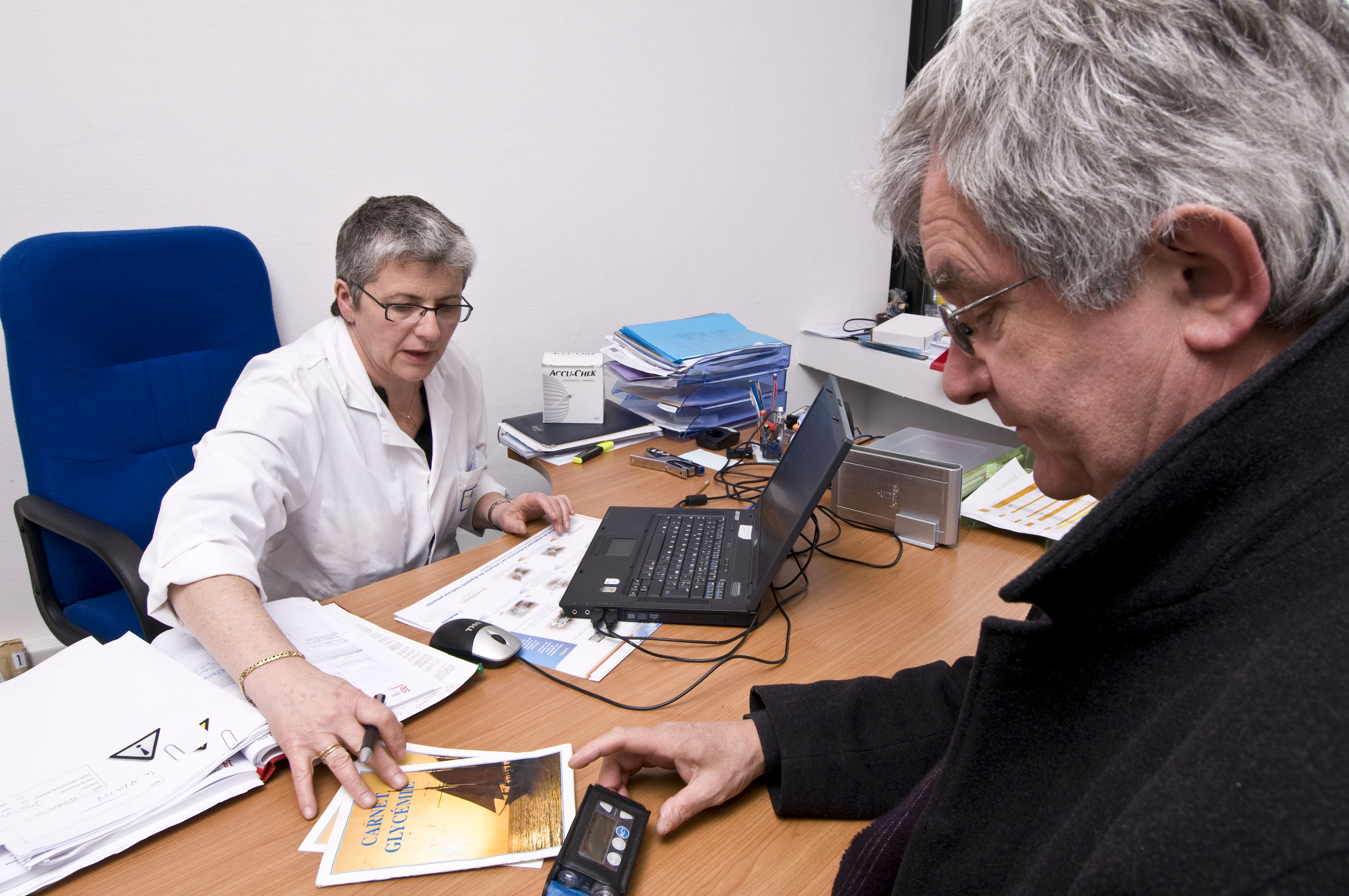 Hopital de Corbeil. Insulinotherapie fonctionnelle. Consultation d'une personne diabetique de type 1 de 60 ans porteuse d'une pompe portable. Odette Boscus-infirmiere specialisee Bernard Tasson-patient