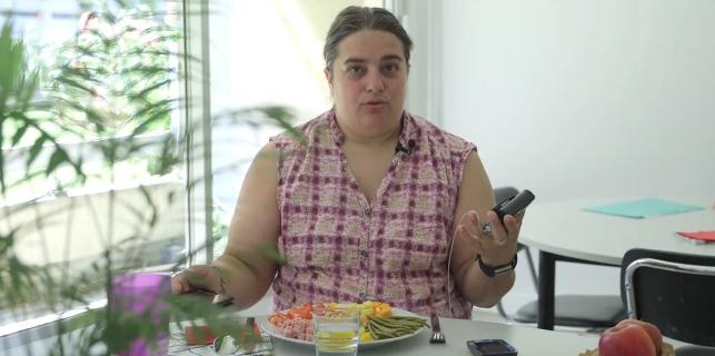 Comment gérer mon repas avec une pompe à insuline ? Lucie vous explique dans cette courte vidéo comment elle fait et ce qu'il ne faut pas oublier. Avant de manger, elle contrôle sa glycémie puis calcule les glucides de son repas avant de s'injecter son bolus. Elle vous donne également une astuce pour faire un […]